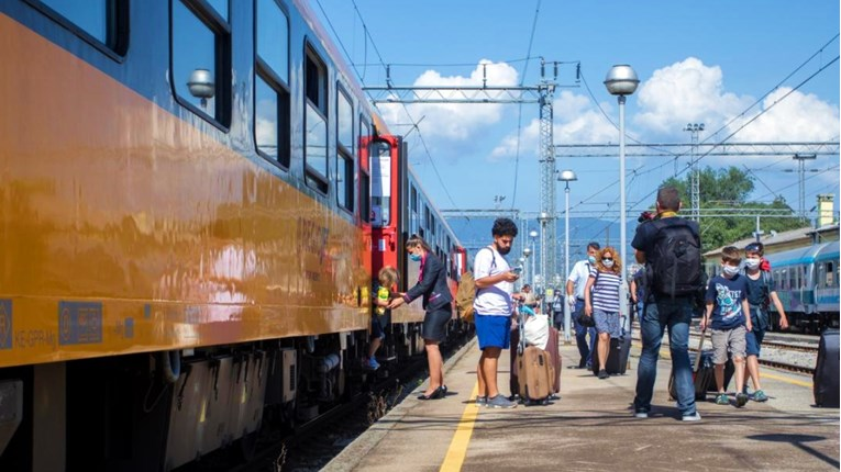 "The first tourist train arrived in Rijeka: ""People were merrily drinking and singing"" - Index International"