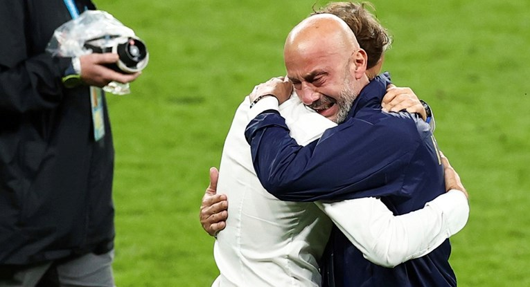 The most beautiful photo in the final.Two legendary tears in the same field for the first time in 29 years