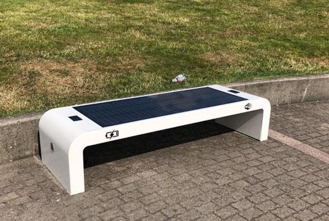 Pametna klupa na solarno napajanje s utičnicama i Wi-Fijem
