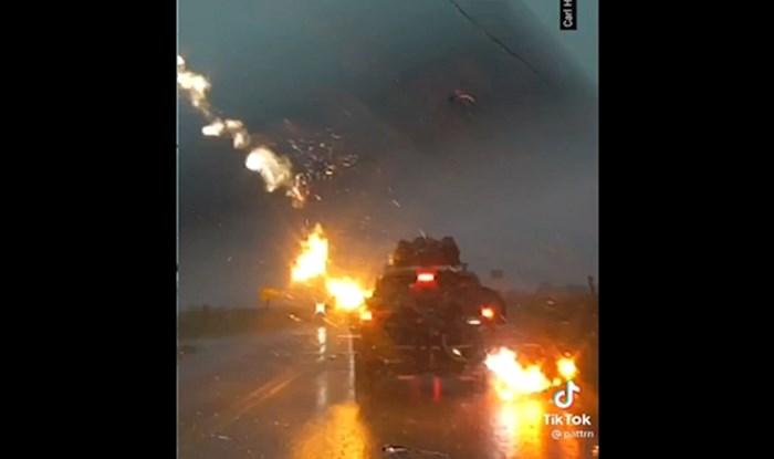 Pogledajte trenutak kada je munja udarila auto u vožnji; STRAVA!