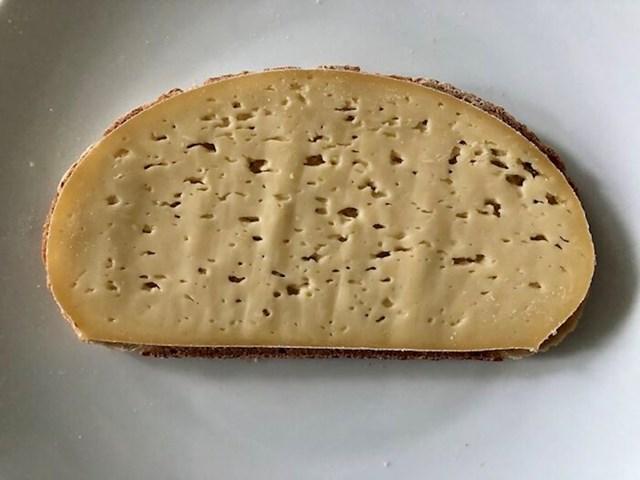 Sir kao da je rezan po ovoj kriški kruha