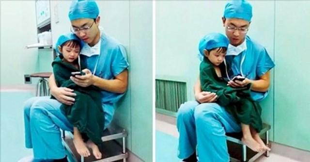 Kirurg gleda crtiće s pacijenticom prije operacije kako bi ju smirio
