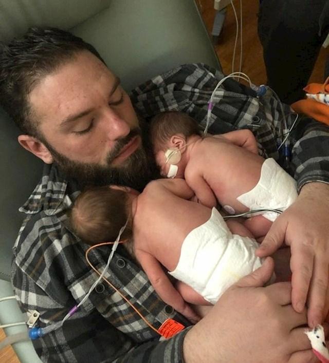 Tata i blizanci rođeni u 30. tjednu trudnoće. Koliko osjećaja u jednoj fotki...