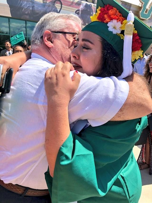 Ukinuta joj je stipendija netom nakon što je upisala fakultet. Htjela je odustati jer njezina obitelj nije imala novaca. Tata je rekao da će prije sebi otkinuti ruku nego što će ona odstati od svog sna. Ovo su njih dvoje na dan njezine diplome!