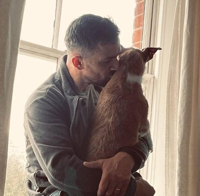 14. Nakon stresnog dana na poslu, tata je u stanju provesti sate u tišini s našim psom