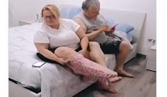VIDEO Bili su toliko zadubljeni u mobitele da su od običnog oblačenja hlača skoro stradali oboje 🤣