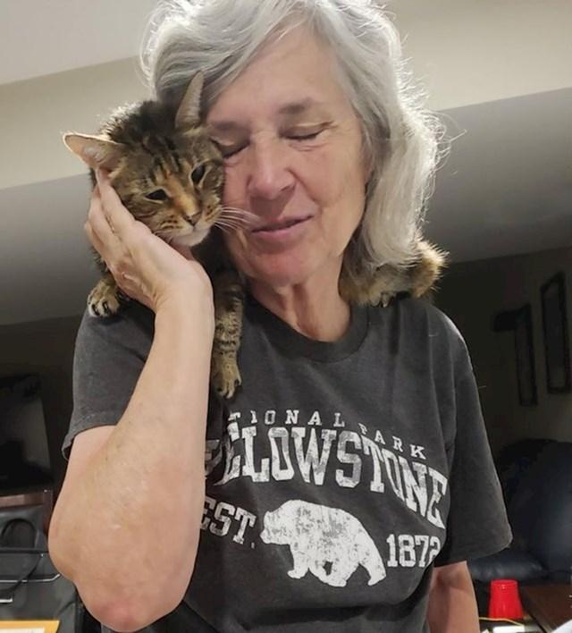 13. Maca je bila bolesna i bježala je od vlasnika dok se nije oporavila. Ovo je prvi put da se opustila i  mazila kao prije bolesti