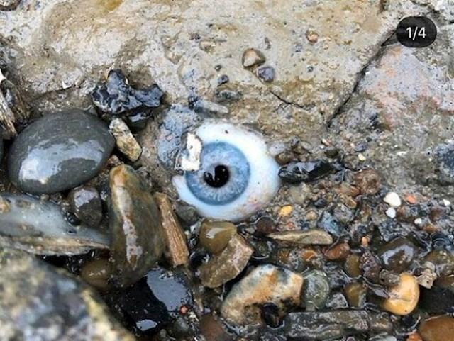 """Netko je izgubio stakleno oko na plaži"""