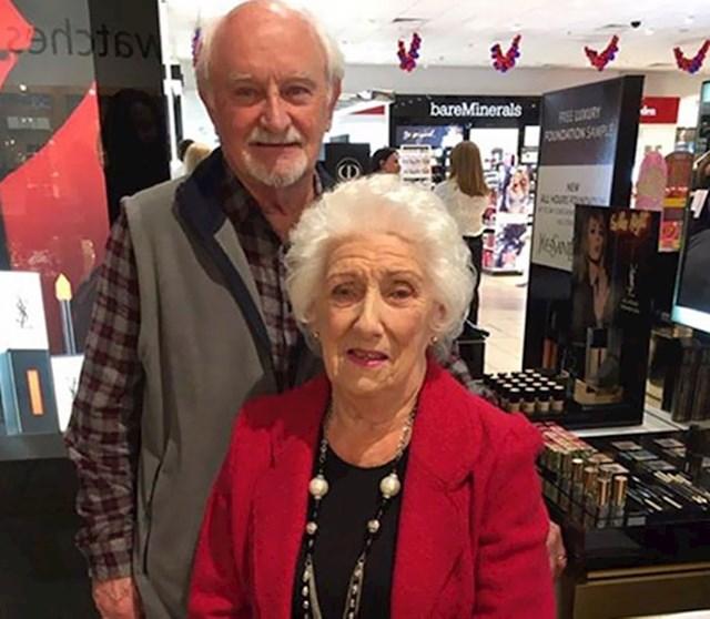 Stariji gospodin uči osnove šminkanja kako bi mogao svaki dan uljepšavati ženu koja će uskoro ostati bez vida...