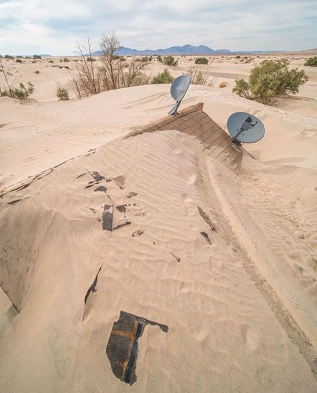 1. Kuća koju je doslovno progutala pustinja u Kaliforniji