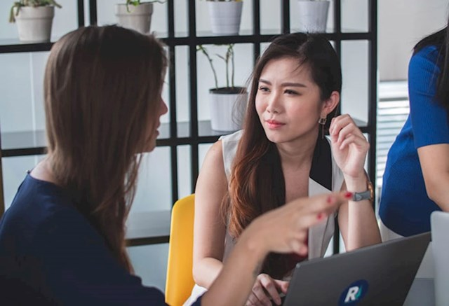 Ljudi koji moraju dominirati svakim razgovorom (ali treba ih znati razlikovati od ljudi koji su jednostavno karizmatični).