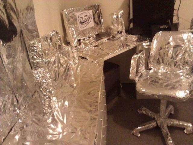 8. Vratio sam se s putovanja, a sestra mi je sve u sobi obložila u aluminijsku foliju