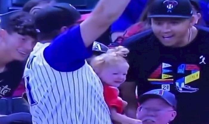 VIDEO Bejzbol lopta je letjela prema tipu koji je u rukama držao dijete i pivo; nastao je kaos!