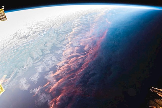 Izlazak sunca slikan iz svemira