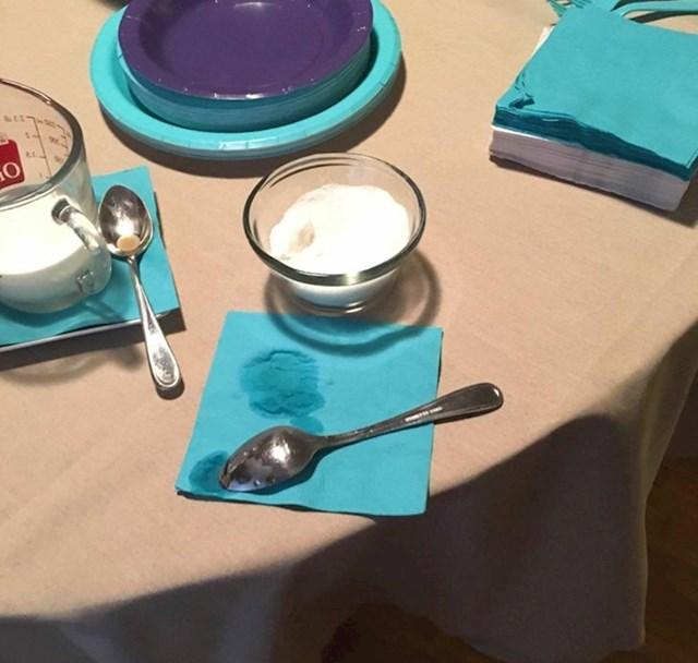 Ono kada gosti koriste žličicu iz šećera za promiješati kavu...