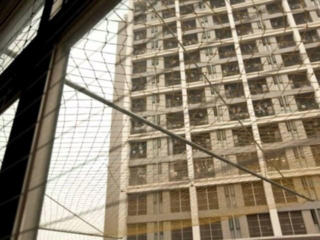 Mreže na dnu poslovnih zgrada postavljene da bi se spriječili mnogobrojni pokušaji samoubojstava