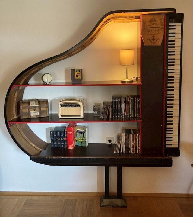 Stari klavir pretvoren u policu