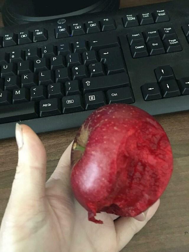 Jabuka sa crvenom unutrašnjosti