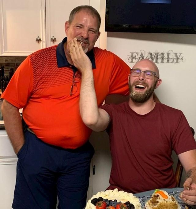 1. Otac i sin su se upoznali kada je sin imao 29 godina. Odlučili su nadoknaditi sve propuštene rođendane, tako da na ovoj fotki slave sinov prvi :)