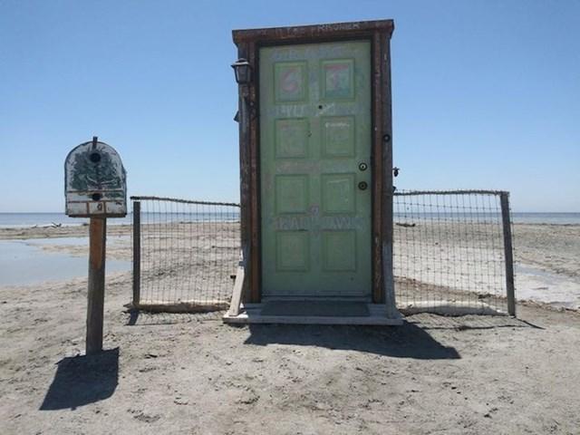 7. Vrata usred ničega na zabačenoj plaži