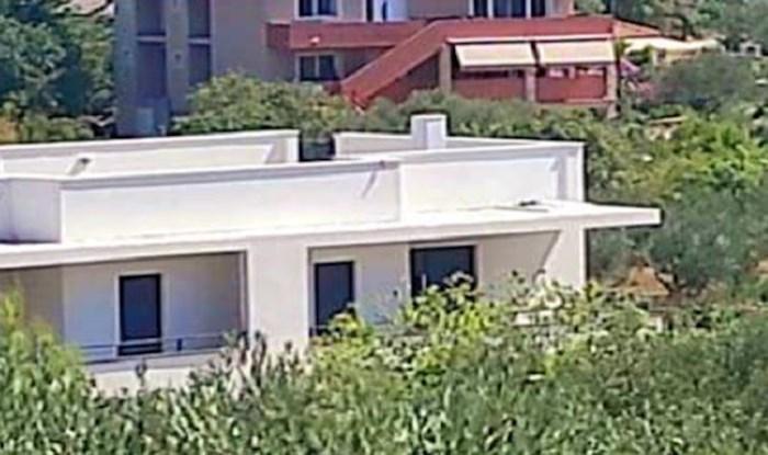 Na krovu jedne kuće na moru tip postavio nešto zbog čega sad tisuće umiru od smijeha; ovo je hit!