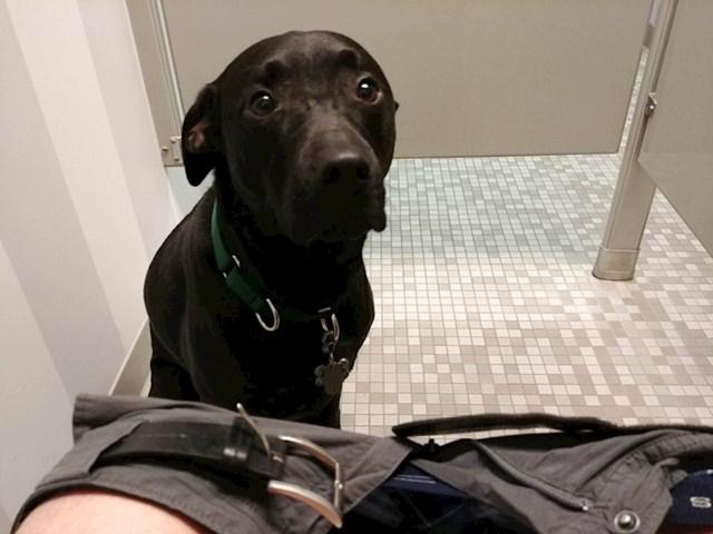 Boji se ostati sama na nepoznatim mjestima pa je inzistirala da uđe sa mnom u WC