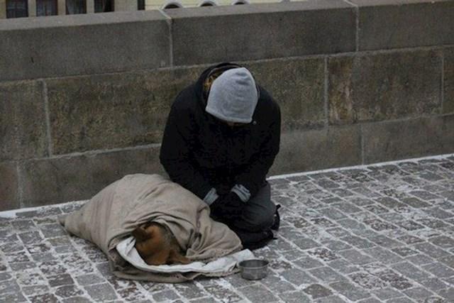Beskućnik koji brine da njegovom vjernom prijatelju bude toplo