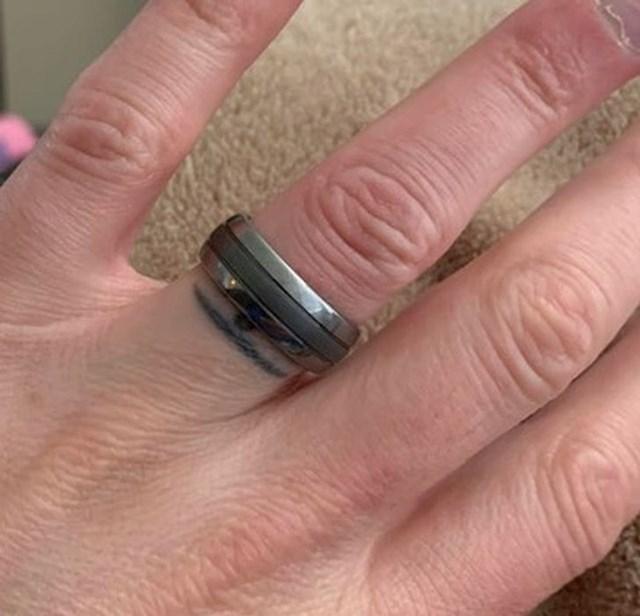 """""""Prije 6 godina izgubio sam vjenčani prsten pa sam ga tetovirao. Danas ga je žena našla u svojoj staroj torbici."""""""