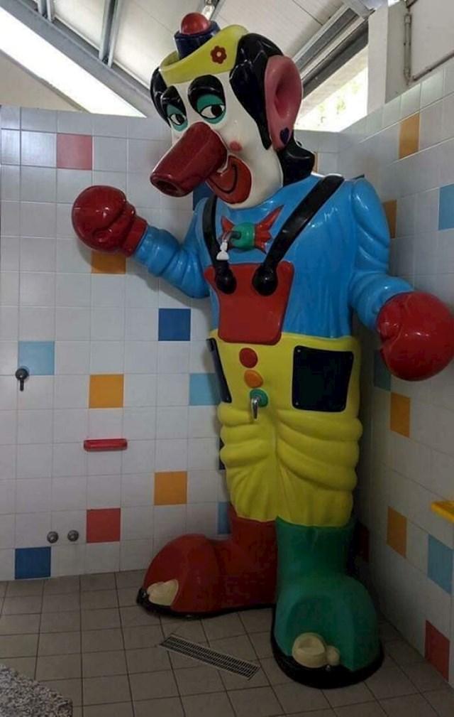 """""""Tuš u obliku klauna u dječjoj kupaonici na gradskim bazenima. Pogledajte gdje je slavina..."""""""
