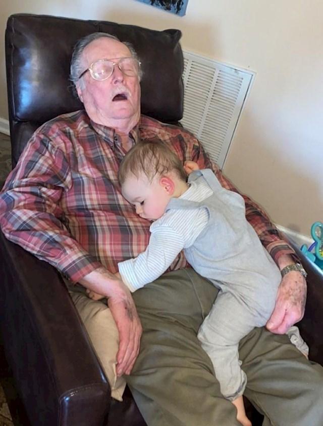"""""""Najbolji spavanac ikad- djed i unuk"""""""