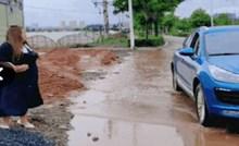 Vozač je jurio autom kroz blatnjavu lokvu, ali potez jedne žene naučio ga je ponašanju