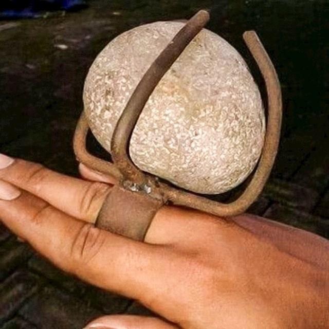 Tražila je prsten s velikim kamenom