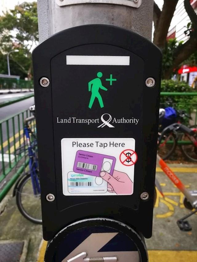 6. Slabije pokretni ljudi u Singapuru imaju karticu koju koriste na semaforima kako bi se vozačima dao signal da pješaku treba malo više vremena za prelazak preko ceste
