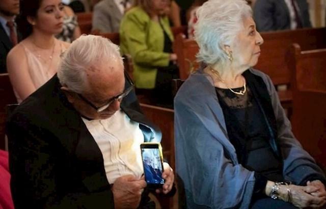 Muž, koji nakon godina i godina braka, zaljubljeno gleda u svoju odabranicu i skrivečki je fotka