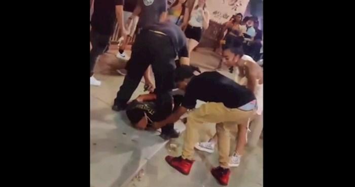 Policija je privodila tipa kada im je prišao jedan par i učinio nešto nevjerojatno 😂