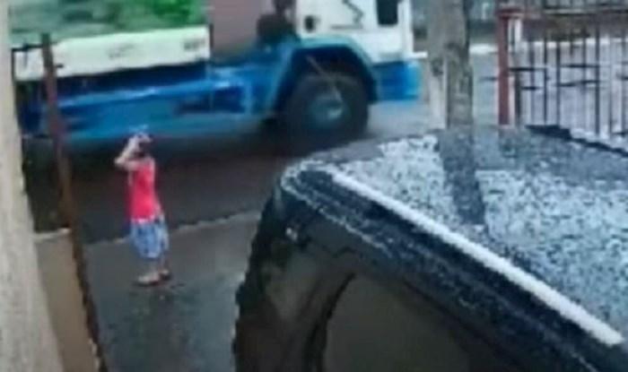 VIDEO Dječak je nepažljivo prelazio cestu i ostao živ samo zahvaljujući ovom čovjeku!