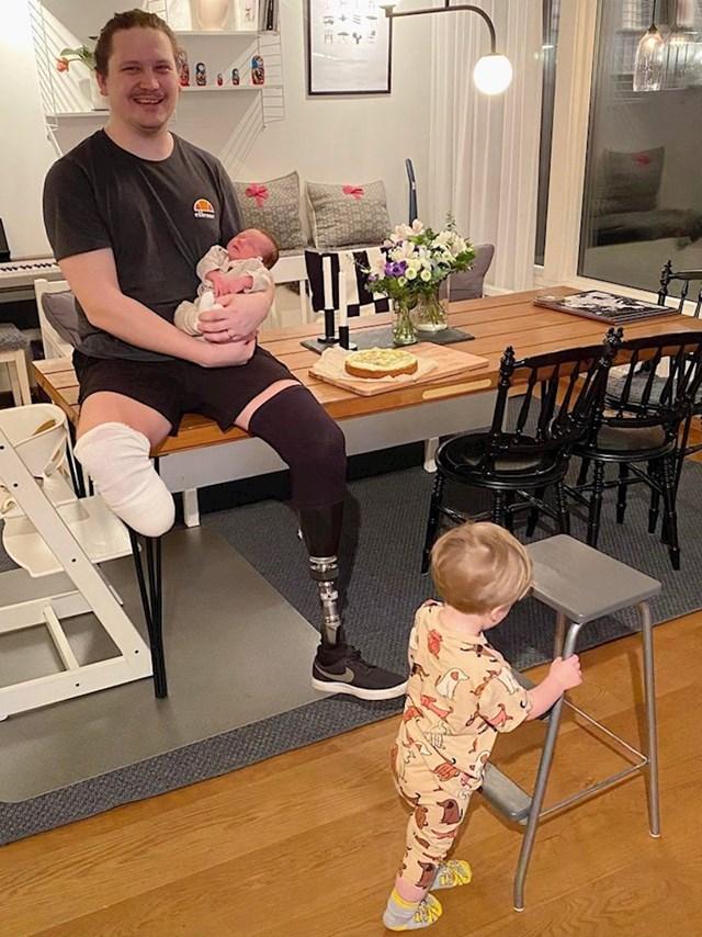 7. Prva obljetnica pobjede nad rakom! Maleni je dogurao stolicu da ukrade tortu :)