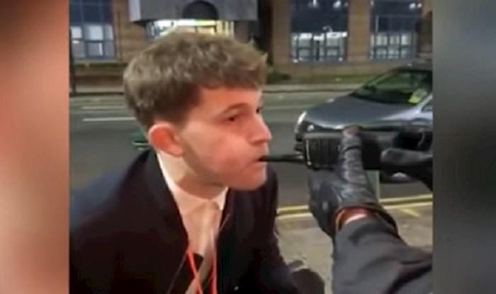 VIDEO Tip je bio toliko pijan da nije primjetio što su mu policajci uvalili umjesto alkotesta