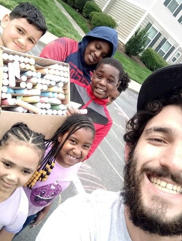 13. Tip je dao djeci iz susjedstva kutiju punu kreda u boji. Pogledajte im sretnih lica!