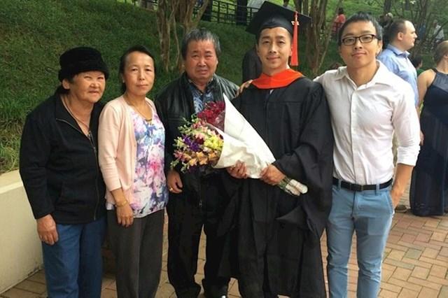 Prvi član obitelji koji je diplomirao. Tata nije prestao plakati radi uspjeha njegovog sina