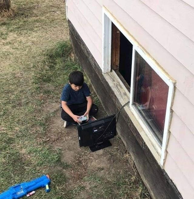 """""""Mama mu je rekla da se ide igrati vani"""""""