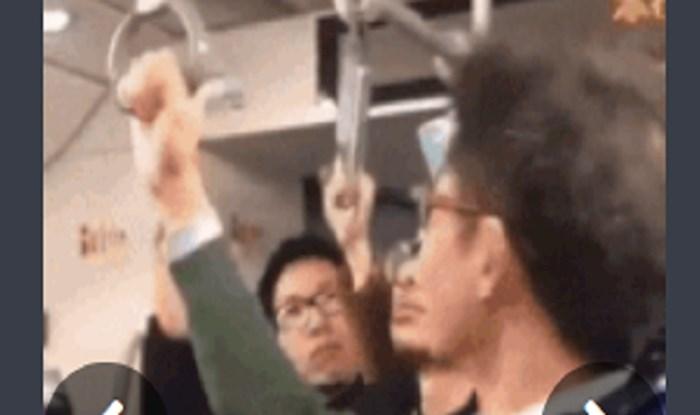 Pogledajte kako se tip snašao u nedostatku slobodne ručke u tramvaju; genijalno!