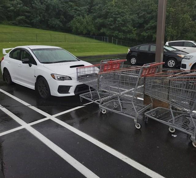 """""""Pametnjakovići su nespretno naguravali kolica za shopping sve dok nisu udarili njima u moj novi auto"""""""