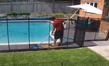 Tip je, čisteći bazen, jednim nespretnim potezom sam sebe toliko prepao da je postao viralni hit