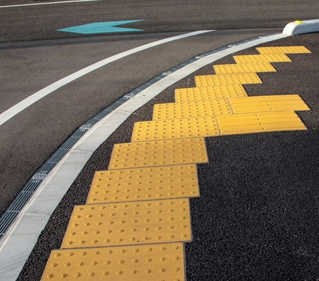 Žute crte na trotoaru za slijepce