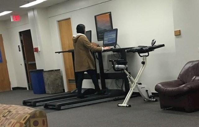 8. Knjižnica jednog fakulteta misli na zdravlje svojih studenata pa je spojila učenje i vježbu i napravila pokretnu traku s kompjuterom!