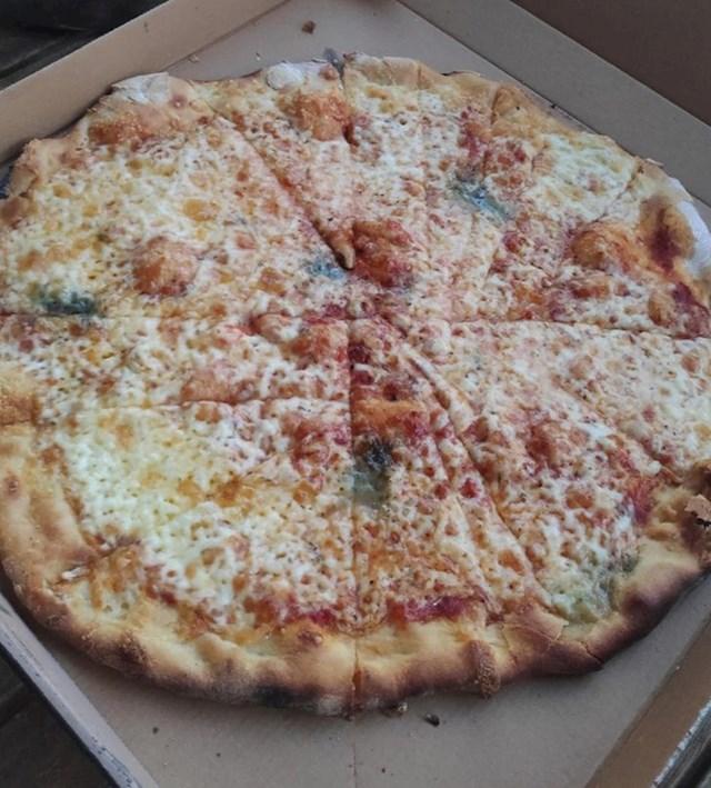 """""""Dostavilo nam je ovako izrezanu pizzu"""""""