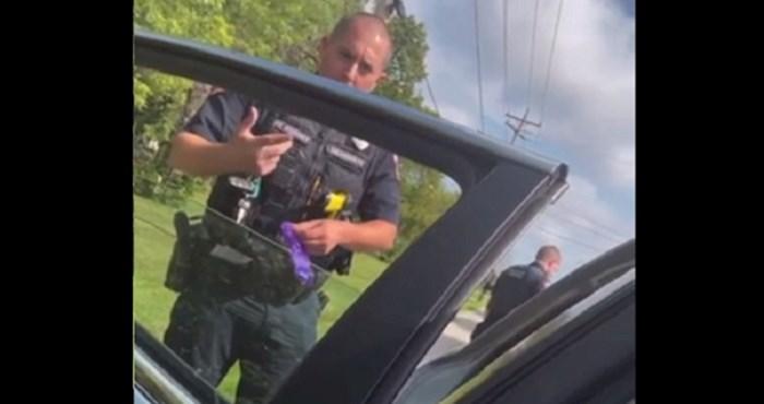 Tipa je zaustavila policija i sva sreća da je snimio ono što se onda dogodilo; ovo je strašno!