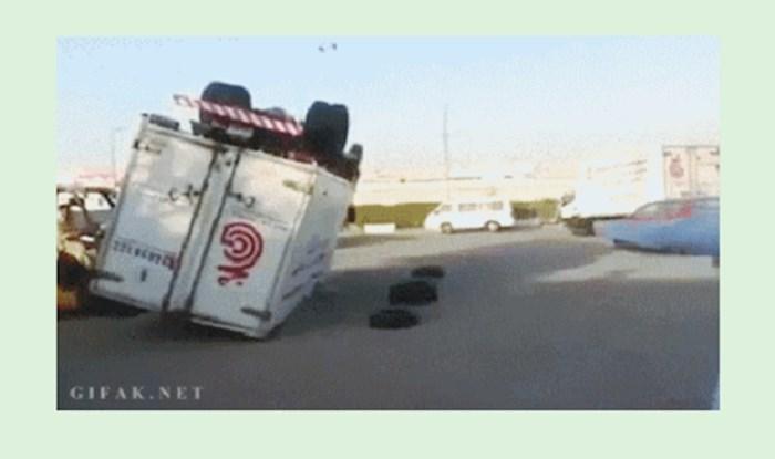 Morate vidjeti kako su tipovi okrenuli prevrnuti kamion; netko je bio dobar na satovima fizike