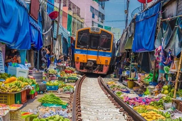 Vlak koji prolazi kroz tržnicu (Tajland)